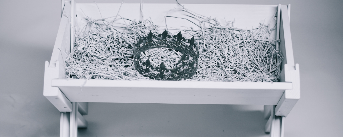 manger with crown and straw